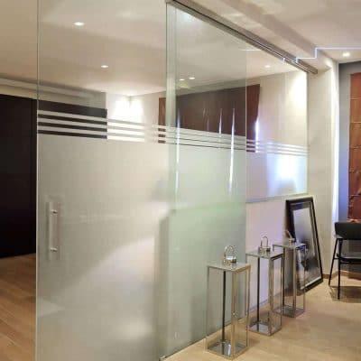 Porte coulissante en verre sablé